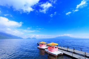 支笏湖とペダルボートの写真素材 [FYI02088034]