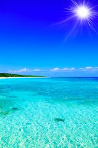 沖縄波照間島 ニシ浜と海に太陽の写真素材 [FYI02088035]