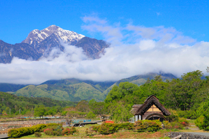 水車と南アルプス・甲斐駒ヶ岳に雲海の写真素材 [FYI02088104]