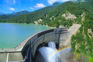 立山黒部・黒部ダム 放水と虹の写真素材 [FYI02088107]