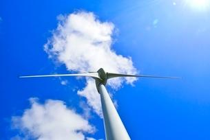 風車と雲に太陽の写真素材 [FYI02088132]