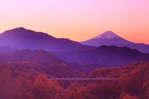 朝焼け紅葉の八ヶ岳高原大橋と富士山の写真素材 [FYI02088162]