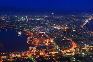函館山山頂展望台から望む市街夜景の写真素材 [FYI02088235]