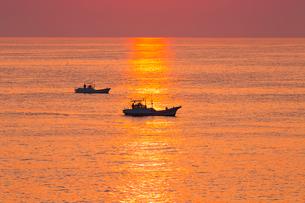 安乗岬 朝光に輝く海面と魚船の写真素材 [FYI02088469]