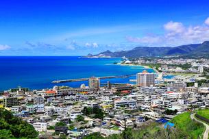 沖縄本島 名護湾と名護市の街並みの写真素材 [FYI02088515]