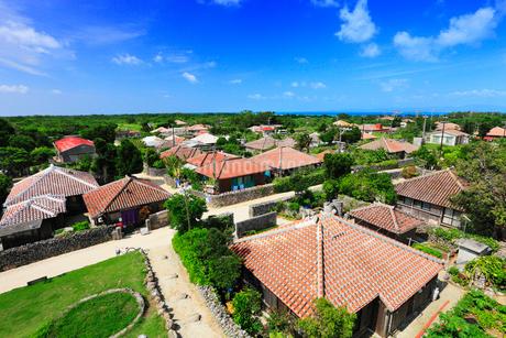 沖縄竹富島 なごみの塔から望む赤瓦屋根の集落の写真素材 [FYI02088522]