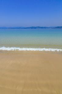 御座白浜海岸 浜辺に打ち寄せる波の写真素材 [FYI02088582]