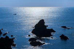 大王崎 朝光に輝く海と岩礁の写真素材 [FYI02088618]