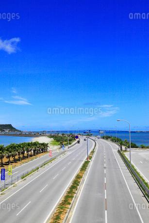 沖縄本島 海中道路と海の写真素材 [FYI02088639]