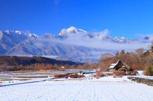 水車と新雪の南アルプス・甲斐駒ヶ岳の写真素材 [FYI02088703]