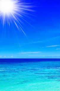 沖縄本島 ニライビーチの海に太陽の写真素材 [FYI02088723]