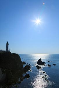 朝日に輝く太平洋と大王埼灯台の写真素材 [FYI02088803]