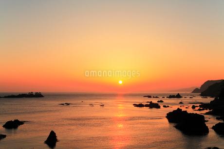 日和山海岸 朝日と海に竜宮城の写真素材 [FYI02088820]