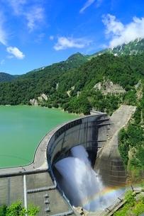 立山黒部・黒部ダム 放水と虹の写真素材 [FYI02088842]