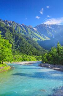 緑の上高地 梓川と穂高連峰の写真素材 [FYI02088886]