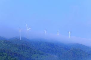 風車と朝霧の山並みの写真素材 [FYI02088900]