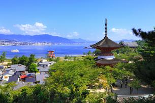 宮島・厳島神社の多宝塔 大鳥居と広島湾の写真素材 [FYI02088925]