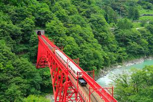 黒部峡谷 新山彦橋とトロッコ電車の写真素材 [FYI02088927]