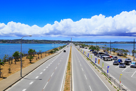 沖縄本島 海中道路と海の写真素材 [FYI02088942]