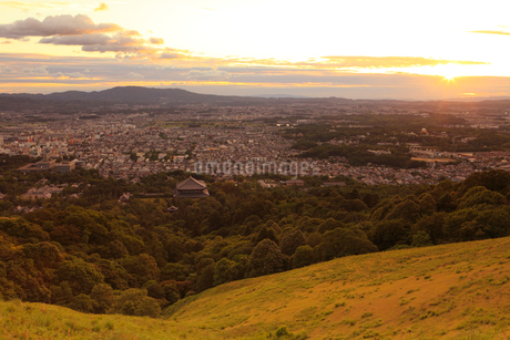 若草山から望む奈良市街と夕日の写真素材 [FYI02089031]