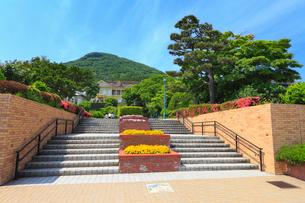 元町公園・旧函館区公会堂と函館山の写真素材 [FYI02089240]