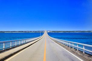 沖縄宮古島 来間大橋と海の写真素材 [FYI02089293]