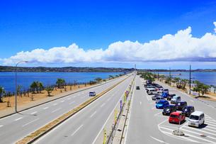 沖縄本島 海中道路と海の写真素材 [FYI02089315]