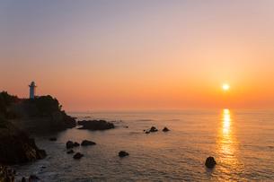 安乗岬と安乗埼灯台に朝日の写真素材 [FYI02089479]