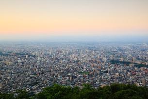 藻岩山山頂展望台から望む市街夕景の写真素材 [FYI02089496]