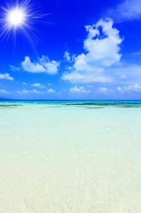 沖縄竹富島 コンドイビーチの海に太陽の写真素材 [FYI02089600]