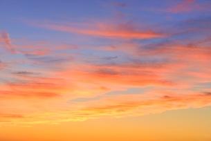 夕焼けの赤い雲の写真素材 [FYI02089664]