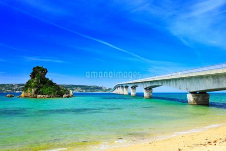 沖縄本島 古宇利大橋と海の写真素材 [FYI02089874]