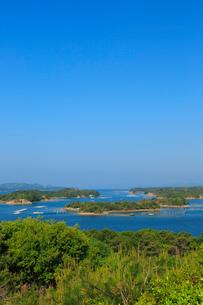 新緑の桐垣展望台から望む英虞湾の写真素材 [FYI02089892]