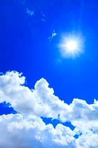 青空に入道雲と太陽の写真素材 [FYI02089962]