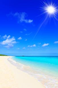 沖縄波照間島 ニシ浜と海に太陽の写真素材 [FYI02089991]