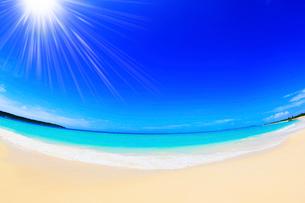 沖縄宮古島 与那覇前浜の海に太陽の写真素材 [FYI02090044]