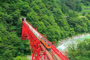 黒部峡谷 新山彦橋とトロッコ電車の写真素材 [FYI02090081]