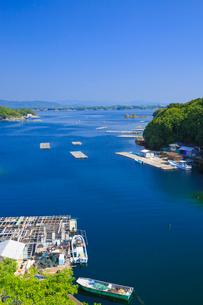 英虞湾の入江とカキ筏の写真素材 [FYI02090148]