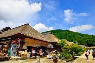 大内宿 茅葺き古民家集落と道の写真素材 [FYI02090203]