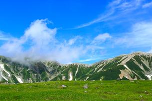 立山黒部・室堂平 立山と青空の写真素材 [FYI02090217]