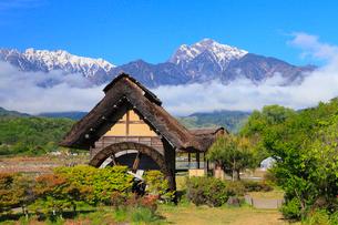 水車と南アルプス・甲斐駒ヶ岳に雲海の写真素材 [FYI02090254]