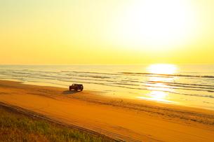 能登半島 千里浜なぎさドライブウェイと夕日の写真素材 [FYI02090674]