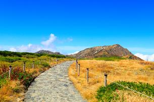 立山黒部 紅葉の室堂平・遊歩道と大日連山の写真素材 [FYI02090697]