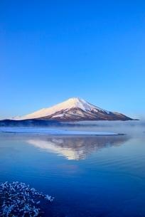 朝霧の山中湖と逆さ富士の写真素材 [FYI02090963]