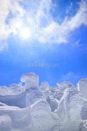 蔵王 地蔵山の樹氷と太陽の写真素材 [FYI02090983]