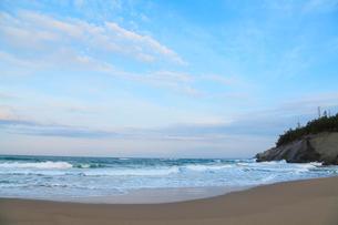 朝の日本海・片野海岸の写真素材 [FYI02090997]
