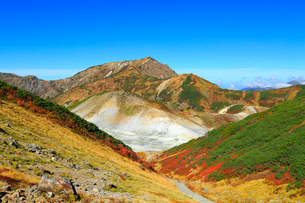 立山黒部 紅葉の地獄谷と大日連山の写真素材 [FYI02091059]