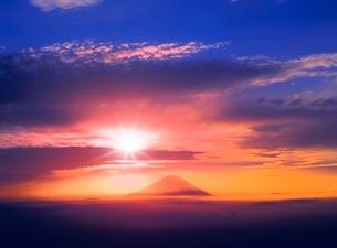 櫛形林道より富士山 雲海に朝日と光芒の写真素材 [FYI02091082]