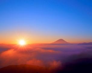 櫛形林道より富士山と雲海に朝日の写真素材 [FYI02091141]