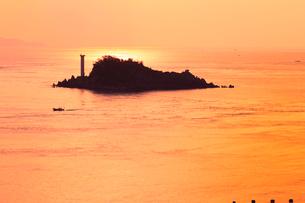朝焼けの鳴門海峡と飛島の写真素材 [FYI02091148]